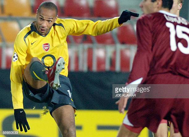 Prague, CZECH REPUBLIC: Frenchman Thierry Henry of FC Arsenal London scores the first goal to 1-0 during the UEFA Champions league match between...