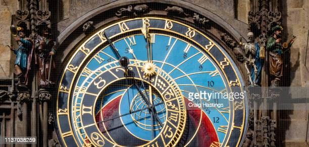 prague czechia view of iconic astrological clock tower face - klokkentoren met wijzerplaat stockfoto's en -beelden