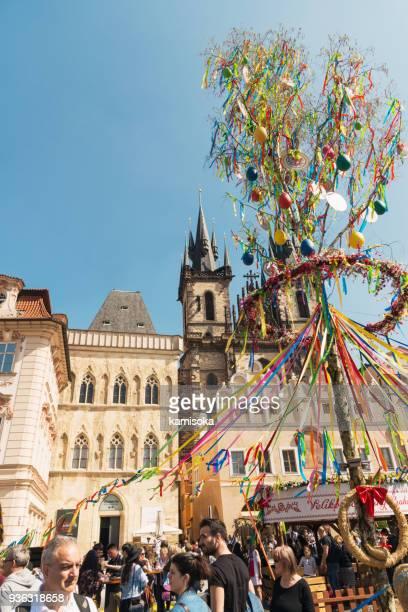 prague old town square - marché de pâques devant l'église de tyn - cloche de paques photos et images de collection