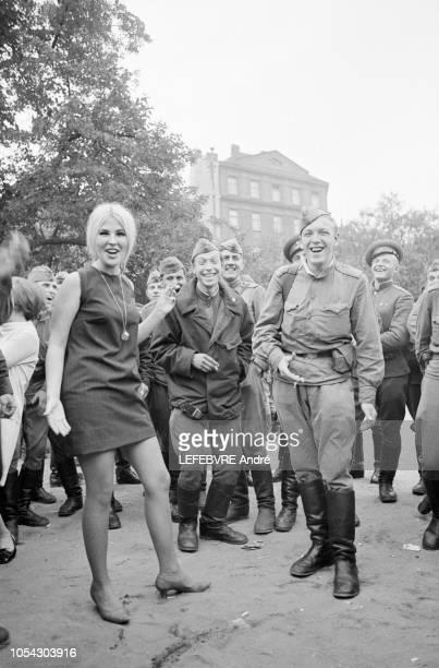 Prague, Tchécoslovaquie, 3 septembre 1968 --- Occupation russe en Tchécoslovaquie : les soldats soviétiques rencontrent des filles qui ne résistent...