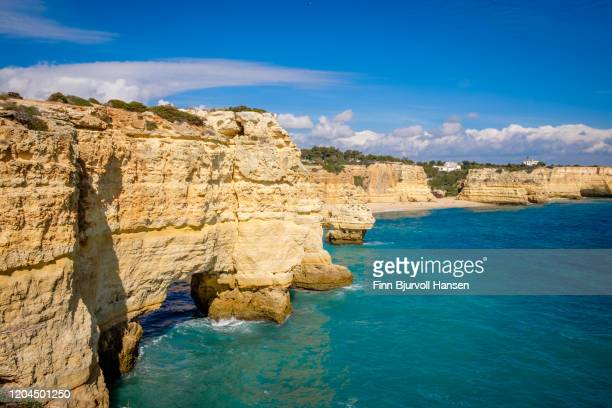 praia da marinha, beautiful beach marinha in algarve - finn bjurvoll photos et images de collection