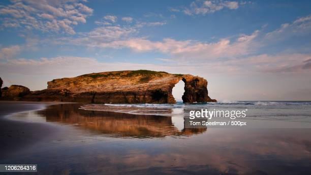 praia de aguas santas - as catedrais beach in ribadeo, lugo, spain - comunidad autónoma de galicia fotografías e imágenes de stock