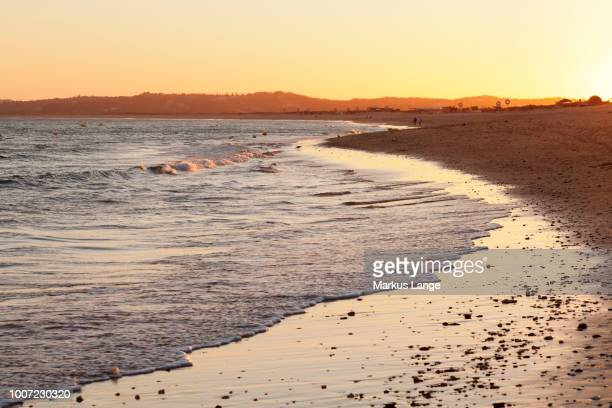 praia de tres irmaos beach at sunset, atlantic ocean, alvor, algarve, portugal, europe - três pessoas stock pictures, royalty-free photos & images
