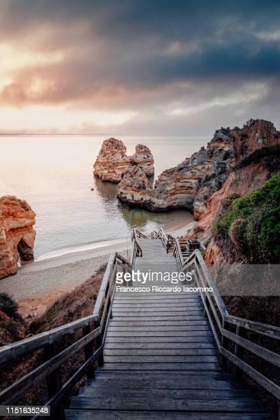 praia do camilo at sunrise, algarve, portugal - iacomino portugal foto e immagini stock
