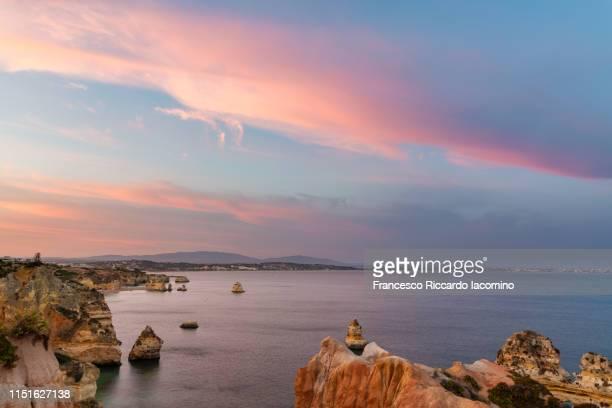 praia do camilo at sunset, algarve, portugal - iacomino portugal foto e immagini stock