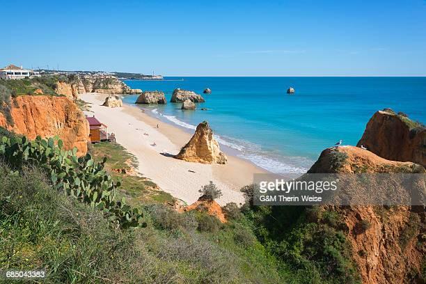 praia dos tres castelos, portimao, algarve, portugal, europe - três pessoas stock pictures, royalty-free photos & images