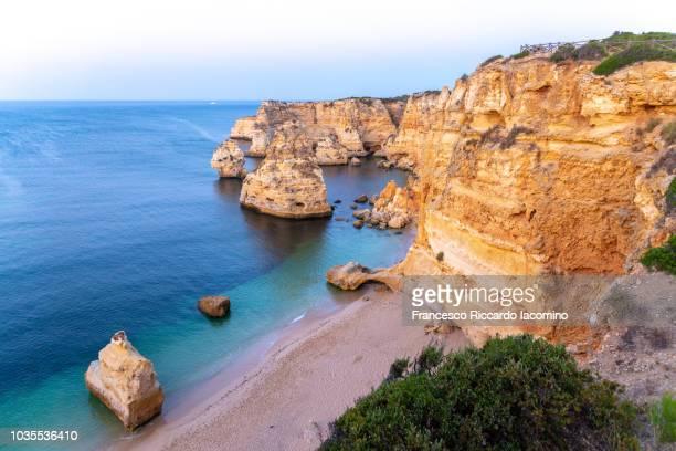 praia marinha at sunrise, algarve, portugal - iacomino portugal foto e immagini stock