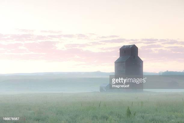 プレーリー穀物エレベーターに霧