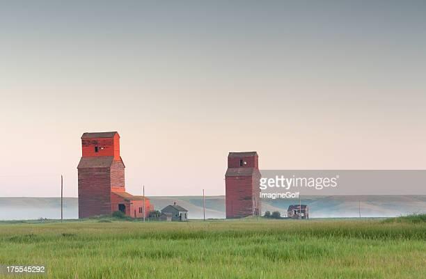 prairie grain elevators - regina saskatchewan stock pictures, royalty-free photos & images
