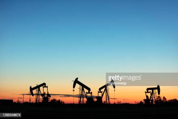 prairie oliepomp jacks canada usa - putten stockfoto's en -beelden