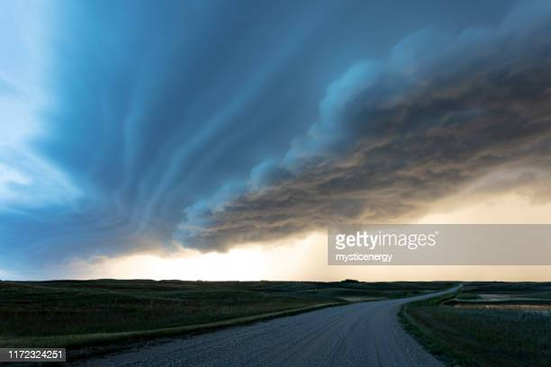 prateria storm saskatchewan canada - cielo variabile foto e immagini stock