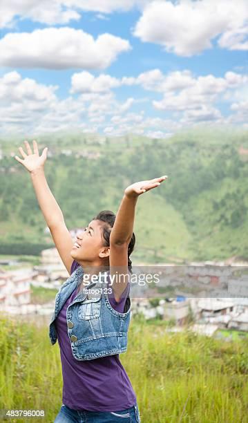 Elogio. Chica asiática da gracias a ella ascensores brazos arriba.