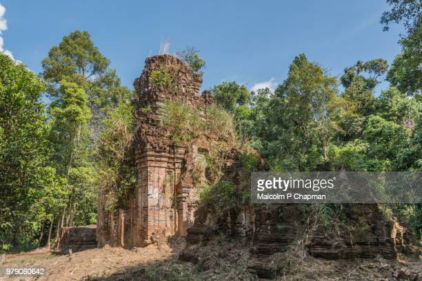 prasat damrei krap temple (krabei krab temple), 7th century remains, phnom kulen, cambodia - angkor stock photos and pictures