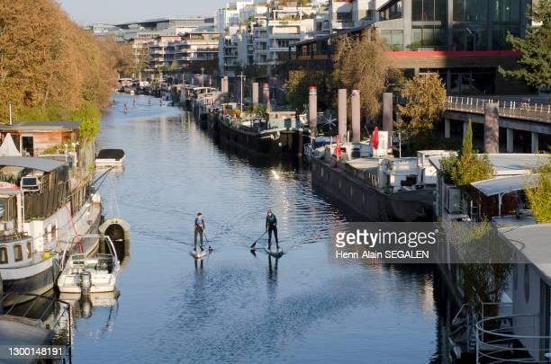 Pratique du paddle le long du bras de Seine de la Promenade des Chartreux à Issy-les-Moulineaux, 18 novembre 2018, France.