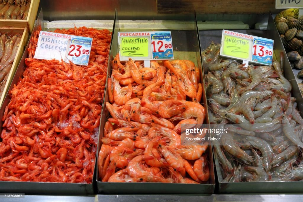 Prawns from Galicia and langoustines (raw and cooked) at the fish market in Bilbao, Basque Country, Spain : Stock-Foto