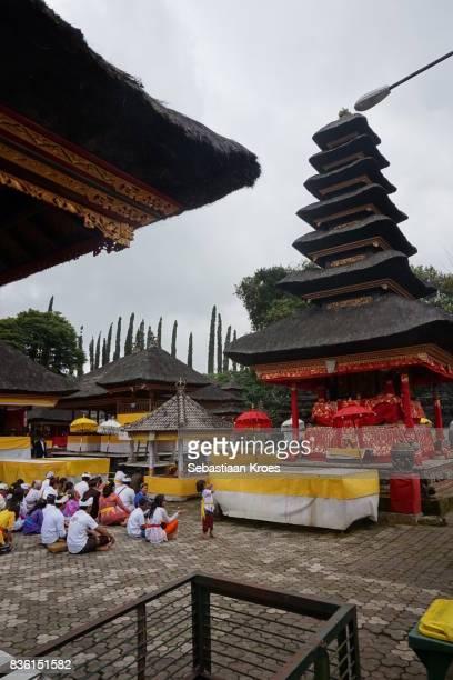 prayer at the pura ulun danu bratan temple complex, bali, bedugul, indonesia - meru filme stock-fotos und bilder