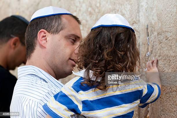 prayer at the wall - jewish prayer shawl stockfoto's en -beelden