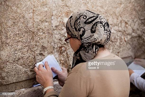 oración en el muro - muro de las lamentaciones fotografías e imágenes de stock