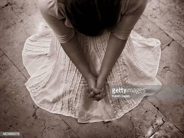 prayer: bird's eye view - mulher orando de joelhos imagens e fotografias de stock