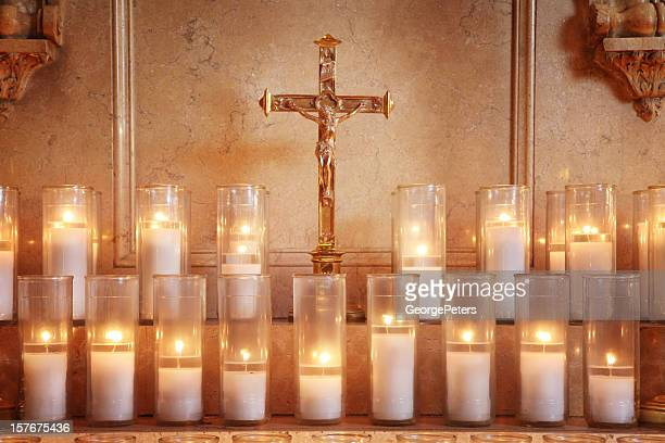 prayer candles - katholicisme stockfoto's en -beelden