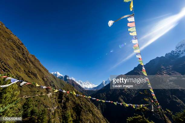 prayer flags, ama dablam and himalays in the everest region of nepal - ティールーム ストックフォトと画像