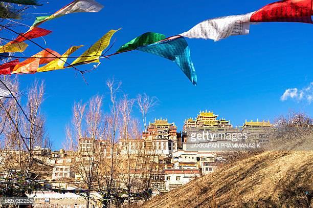 prayer flags and songzanlin monastery - songzanlin monastery stockfoto's en -beelden