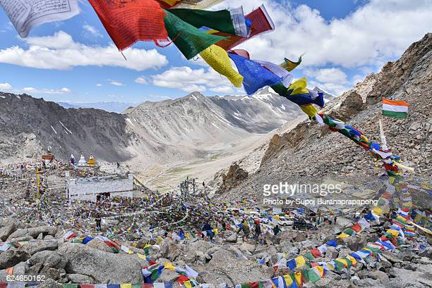 prayer flags at khardungla pass, the highest motorable pass in the world, ladakh, jammu and kashmir, india - indian royal enfield stock pictures, royalty-free photos & images