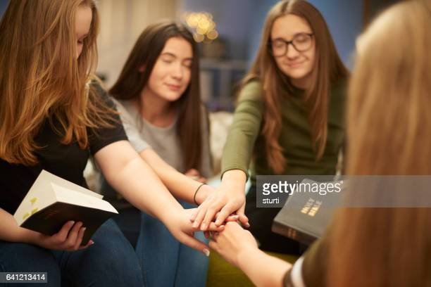 prayer group teens - christianity stock pictures, royalty-free photos & images