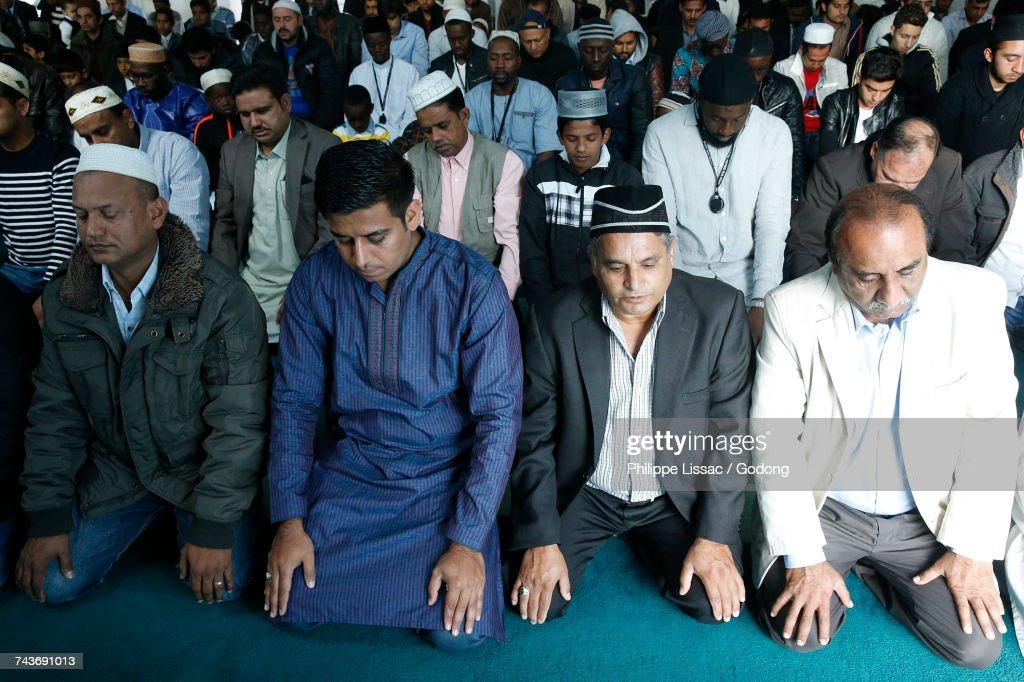 Prayer in an Ahmadiyya mosque. France. : Stockfoto