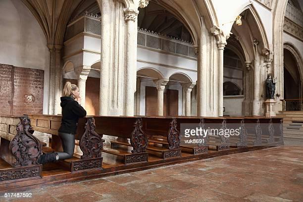 oração - mulher orando de joelhos imagens e fotografias de stock