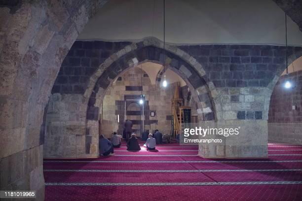 prayer time inside izzettin sir mosque,gevas - van province. - emreturanphoto fotografías e imágenes de stock