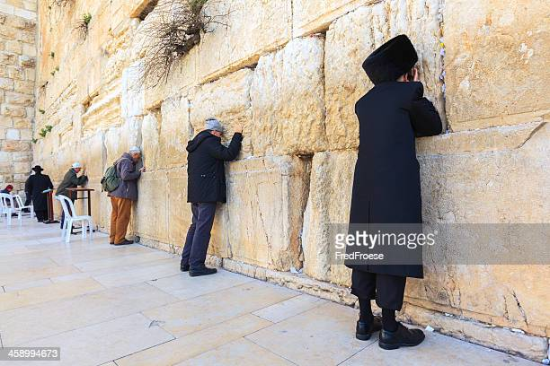 prayers at the western wall in jerusalem - jewish prayer shawl stock pictures, royalty-free photos & images