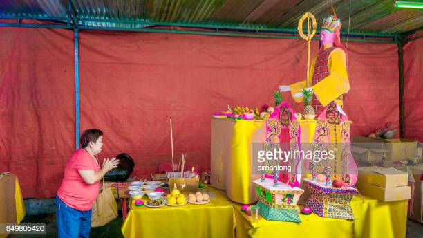 praying at hungry ghost festival - hungry ghost festivals in malaysia foto e immagini stock