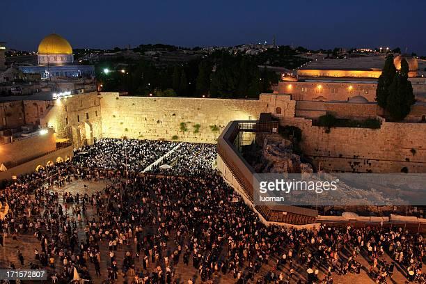 rezar en el muro de las lamentaciones de jerusalén - muro de las lamentaciones fotografías e imágenes de stock