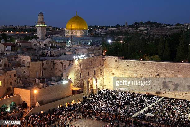 praying at the wailing wall in jerusalem - jerusalem old city stock pictures, royalty-free photos & images