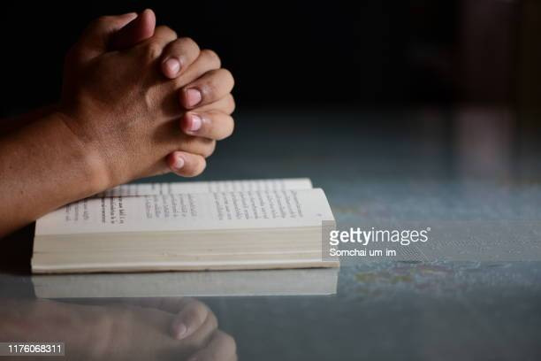 praying hands - christendom stockfoto's en -beelden