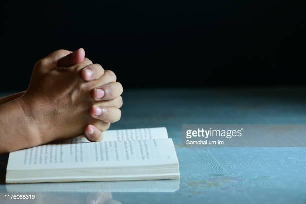 praying hands - cristianismo imagens e fotografias de stock