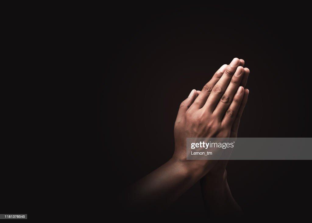 Be händer med tro på religion och tro på Gud på mörk bakgrund. Kraft av hopp eller kärlek och hängivenhet. Namaste eller Namaskar händer gest. Bön position. : Bildbanksbilder