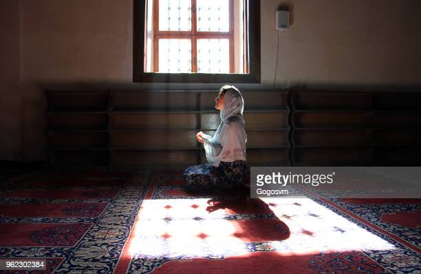 bidden in edirne selimiye-moskee - moskee stockfoto's en -beelden