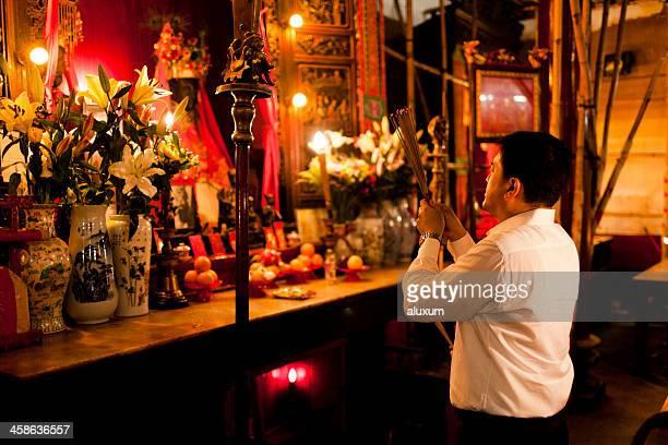praying in taoist temple of man mo hong kong - man motempel stockfoto's en -beelden