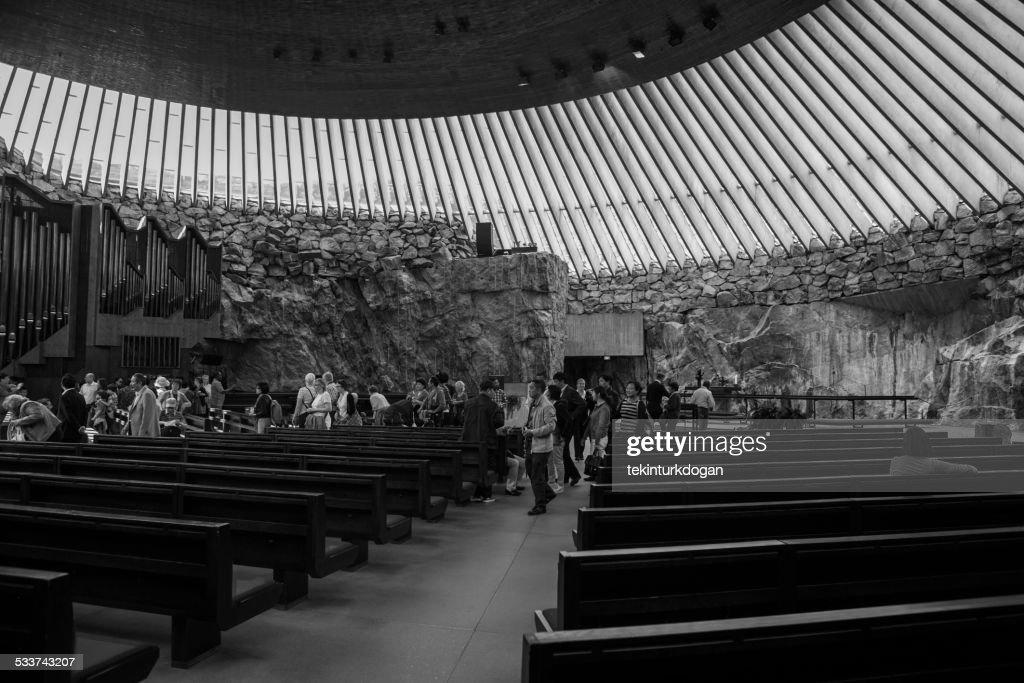 Pregare in chiesa Temppeliaukion scoperto in formazioni a helsinki, Finlandia : Foto stock