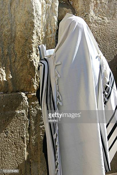 praying jew with torah - jewish prayer shawl stockfoto's en -beelden