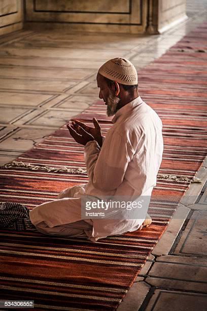 Uomo di pregare in moschea Jama Masjid