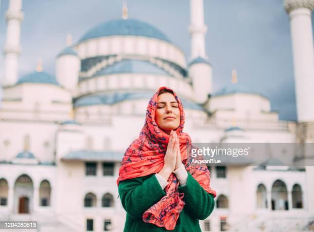 betende muslimische frau - allah stock-fotos und bilder