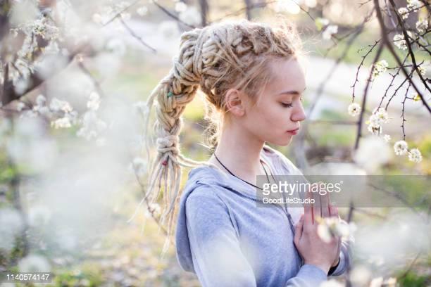 bidden - lotuspositie stockfoto's en -beelden