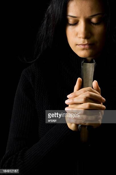 rezar - mulher orando de joelhos imagens e fotografias de stock