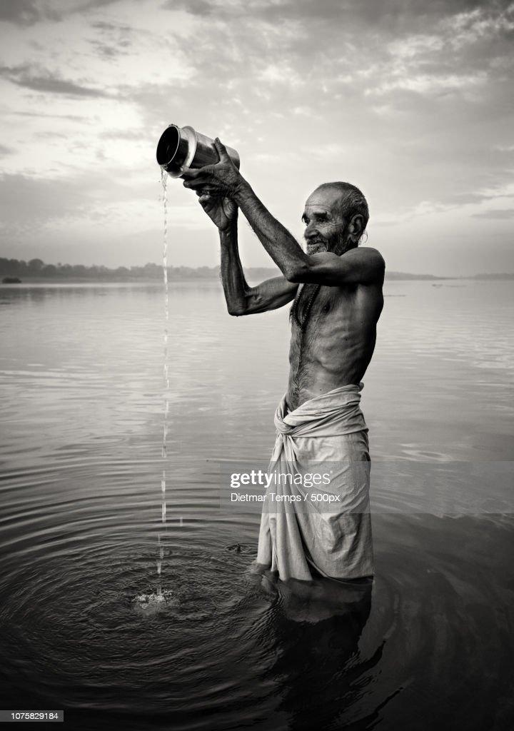 Praying pilgrim, India : Stock-Foto