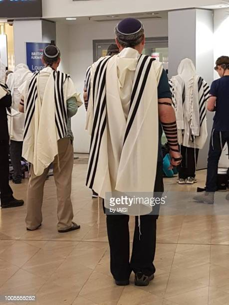 praying sha'harit, the morning prayer - jewish prayer shawl stock pictures, royalty-free photos & images