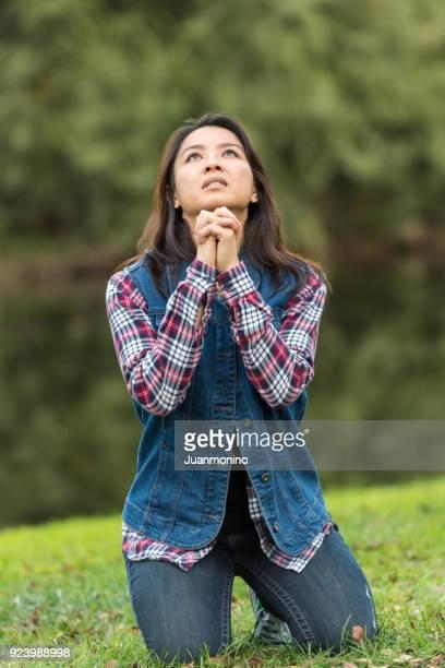 praying to god - mulher orando de joelhos imagens e fotografias de stock