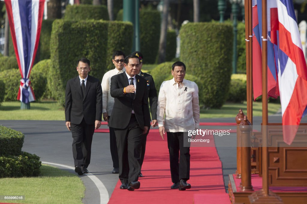 Prayuth Chan-Ocha, Thailand's prime minister, second right, greets Rodrigo Duterte, the Philippines' president, right, ahead of a news conference at Government House in Bangkok, Thailand, on Tuesday, March 21, 2017. Duterte returns to the Philippines on March 22. Photographer: Brent Lewin/Bloomberg via Getty Images
